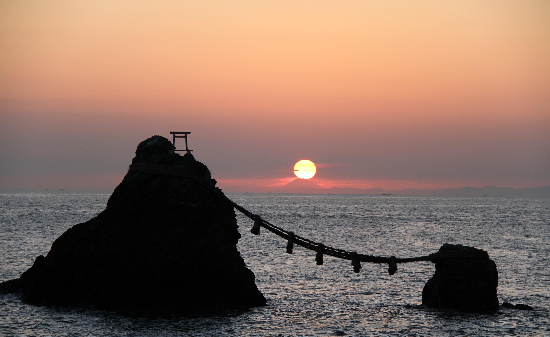 日の出と夫婦岩